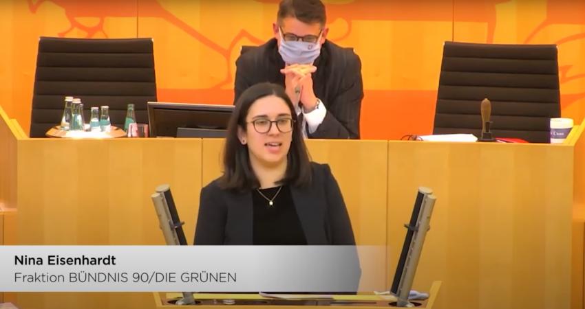 Nina Eisenhardt am Redner:innenpult des Hessischen Landtags