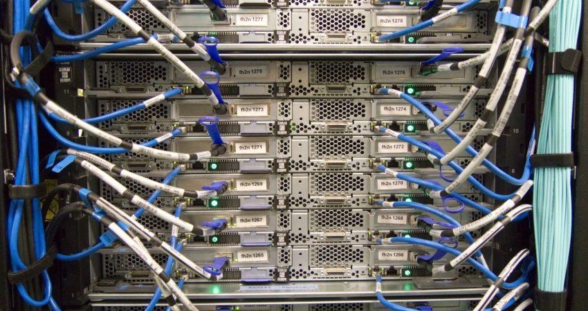 Viele Server mit Netzwerkverkabelung